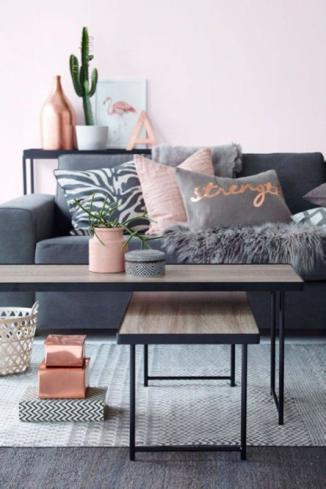 sala gris y pared rosa